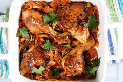 [ΚΑΙ ΤΩΡΑ ΣΤΗΝ ΚΟΥΖΙΝΑ] Ο Γιώργος Λέκκας ετοιμάζει: Κοτόπουλο με κολοκυθάκι και θυμάρι