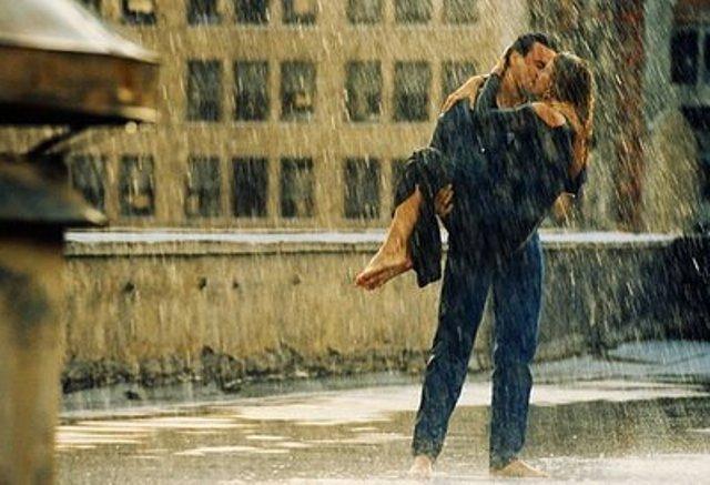 romantic-couple-kissing-in-rain-wallpaper