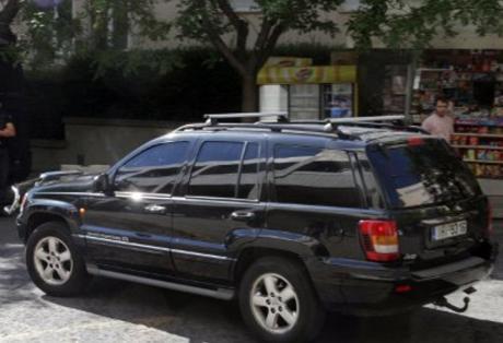 «Ξαναχτύπησαν» οι γυναίκες με τα μαύρα τζιπ στη Βαρβάκειο μοιράζοντας χιλιάδες ευρώ