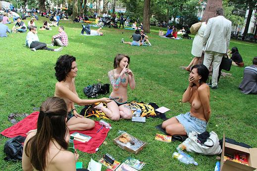 Διαβάζοντας γυμνόστηθες στο πάρκο – Η ένωση φίλων αναγνωστριών που κεντρίζει τα βλέμματα (Εικόνες)