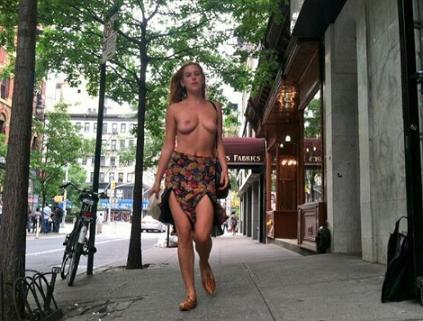 Η γυμνή διαμαρτυρία της κόρης της Ντέμι Μουρ κατά του Instagram (Εικόνες)