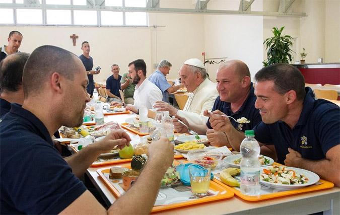 O Πάπας γευματίζει μαζί με το προσωπικό του Βατικανού