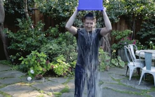 Όταν ο Mark Zuckerberg αυτομπουγελώνεται για καλό σκοπό (Βίντεο)