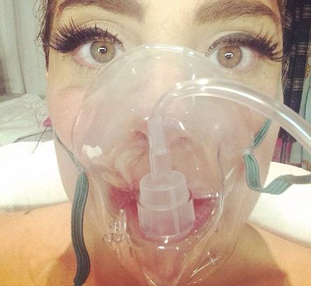 Η Lady Gaga, η μάσκα οξυγόνου και η selfie