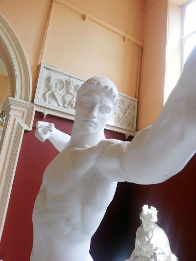 Τα αγάλματα  στο μουσείο βγάζουν selfie(εικόνες)