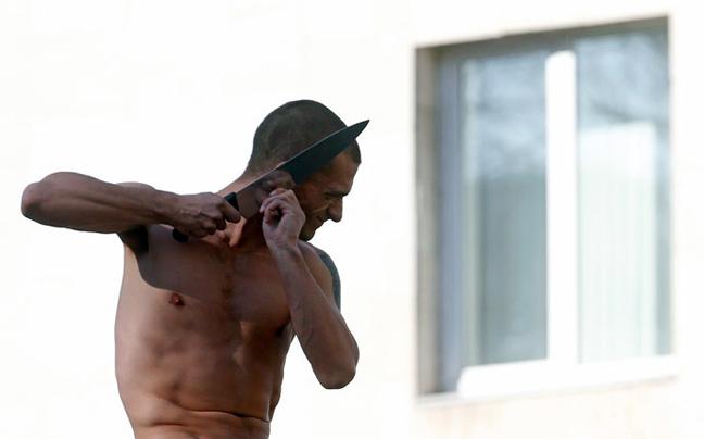 Ρώσος καλλιτέχνης έκοψε το αυτί του δημόσια