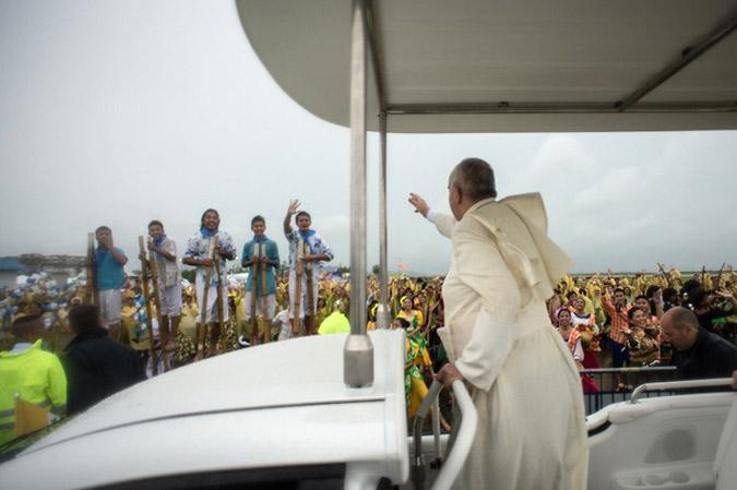 O Πάπας έβγαλε νοκ- άουτ τις τηλεπικοινωνίες