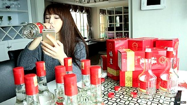 Baijiu Challenge: Η νέα «αλκοολούχα» κινέζικη μόδα