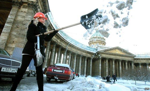 Ρωσία: 'Να φτυαρίσετε μόνοι σας το χιόνι από τους δρόμους…'