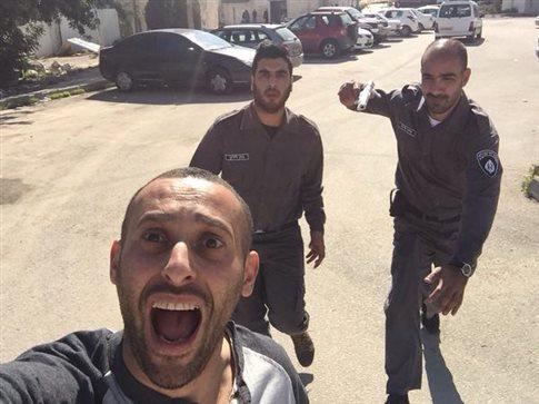 O Παλαιστίνιος που έβγαλε selfie με Ισραηλινούς στρατιώτες