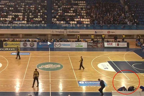 VIDEO: Φανατικός έριξε ΒΟΜΒΑ σε γήπεδο για να σταματήσει αγώνα μπάσκετ!