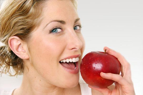 Ένα μήλο την ημέρα… κάνει σέξι τις γυναίκες.