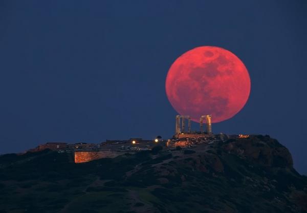 Απόψε το φεγγάρι ντύνεται στα κόκκινα! (Βίντεο)